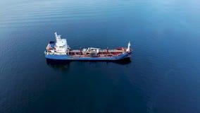 Una vista aérea de un buque de petróleo que se sienta en la entrada de Burrard cerca de ensenada profunda en Vancouver, A.C. almacen de video