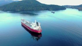 Una vista aérea de un buque de petróleo que se sienta en la entrada de Burrard cerca de ensenada profunda en Vancouver, A.C. almacen de metraje de vídeo