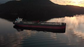 Una vista aérea de un buque de petróleo que se sienta en la entrada de Burrard cerca de ensenada profunda en Vancouver, A.C., en  metrajes