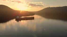 Una vista aérea de un buque de petróleo que se sienta en la entrada de Burrard cerca de ensenada profunda en Vancouver, A.C., en  almacen de video