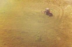Una vista aérea del funcionamiento del tractor Foto de archivo libre de regalías
