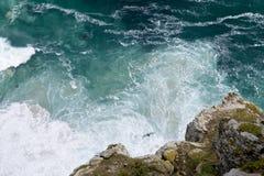 Una vista aérea del modelo formó por las ondas que se rompían contra la costa en el punto del cabo en Suráfrica fotos de archivo