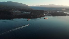 Una vista aérea en del barco del tirón en la entrada de Burrard cerca de la ensenada profunda en Vancouver, A.C. almacen de metraje de vídeo