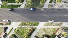Una vista aérea hermosa de un centro americano clásico y de una vecindad de la clase alta con la vivienda unifamiliar, céspedes almacen de metraje de vídeo