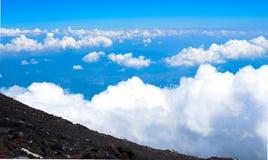Una vista abajo de la colina en la cumbre de la montaña de Fuji Imagen de archivo libre de regalías