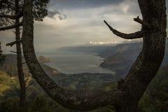 Una vista ad un lago Immagini Stock Libere da Diritti