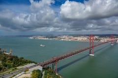Una vista aerea di 25 de Abril Bridge a Lisbona Immagini Stock Libere da Diritti