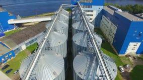 Una vista aerea di 12 grandi serbatoi metallici alla stazione di caricamento stock footage