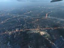 Una vista aerea di notte mostra l'area della città immagini stock libere da diritti