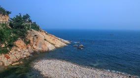 Una vista affascinante del supporto Laoshan e del mare blu Immagine Stock