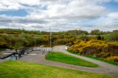 Una vista al canale di collegamento del sindacato della serratura con la cima dell'ascensore del crogiolo di ruota di Falkirk immagini stock