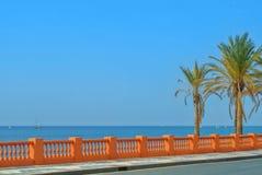 Una vista al mar Mediterraneo da una passeggiata di lungomare di Benal Immagini Stock Libere da Diritti