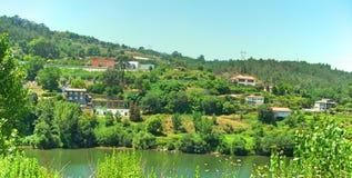 Una vista all'altro lato di grande fiume nel Nord del Portogallo immagine stock