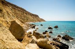 Una vista alla linea costiera nella baia di Pissouri non lontano dalla spiaggia turistica, Cipro fotografia stock