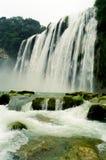 una vista ascendente di una cascata Immagini Stock