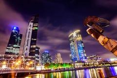 Una vista attraverso il fiume di Yarra al punto di riferimento di Melbourne del centro immagine stock libera da diritti