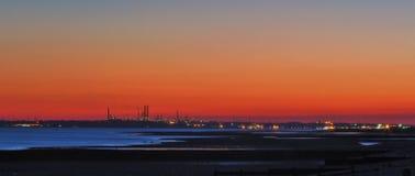 Una vista attraverso il Solent, raffineria di petrolio di Fawley Immagini Stock