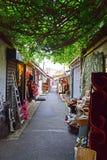 Una vista auténtica de Marche Puces aux. de Santo-Ouen, París, Francia imagenes de archivo