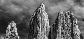 Una vista in bianco e nero delle tre torri enormi del granito all'estremità della passeggiata di W nel parco nazionale di Torres  fotografie stock