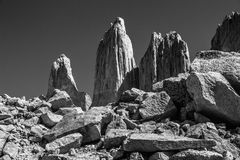 Una vista in bianco e nero delle tre torri enormi del granito all'estremità della passeggiata di W nel parco nazionale di Torres  Fotografia Stock