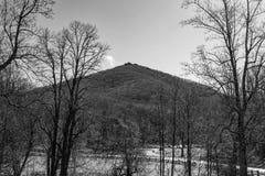 Una vista blanco y negro de la montaña superior aguda fotografía de archivo