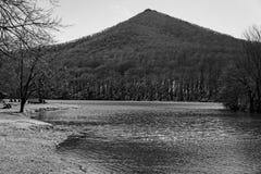 Una vista blanco y negro de la montaña superior aguda imágenes de archivo libres de regalías