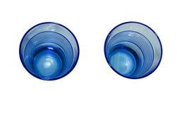 Una vista blu di due bicchieri d'acqua dalla cima fotografia stock libera da diritti