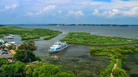 una vista che vede barca assalire il porto Immagini Stock Libere da Diritti
