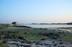 Una vista costiera svedese a bassa marea nella sera Fotografia Stock