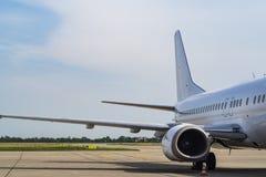 Una vista da una finestra in un aeroplano, ala di un aeroplano immagine stock