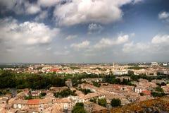 Una vista da sopra dei tetti in una città francese immagini stock libere da diritti