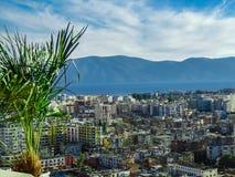 Una vista da sopra della città Albania di Vlore, giugno 2018 fotografie stock