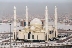 Una vista da sopra di nuova moschea nella capitale del Kazakistan La moschea del sultano di Hazrat a Astana fotografie stock libere da diritti