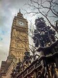 Una vista da sotto sul Big Ben, un recinto, un albero Immagine Stock Libera da Diritti