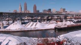 Una vista da Tremont sul fiume nevoso di Cuyahoga, sulle miniere di sale e su Cleveland del centro Immagine Stock