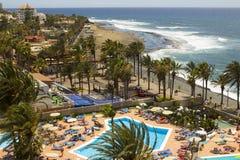 Una vista da un balcone dell'hotel attraverso la spiaggia soleggiata e dalla baia a Playa Las Americhe in Tenerife in isole Canar Fotografie Stock Libere da Diritti
