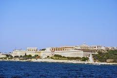 Una vista dal mar Mediterraneo della linea costiera maltese immagini stock