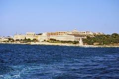 Una vista dal mar Mediterraneo della linea costiera maltese immagine stock