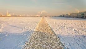 Una vista dal ponte di Dvortsovy sul fiume di Neva con la traccia del rompighiaccio Fotografia Stock