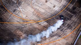 Una vista dall'aria che corre l'automobile della deriva con molto fumo sul immagine stock libera da diritti