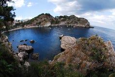 Una vista dall'isola di Isola Bella sul villaggio Taormina Fotografia Stock Libera da Diritti