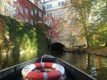 Una vista dalla navigazione di fiume vicino a Charles Bridge immagine stock