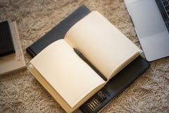 Una vista de arriba hacia abajo de un diario abierto de páginas en blanco, warml que brilla intensamente fotografía de archivo libre de regalías