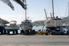 Una vista de barcos y de barcos de pesca en el puerto de la isla de Patmos, Grecia Fotos de archivo libres de regalías
