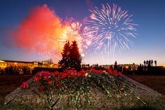 Una vista de flores festivas y de un saludo en el día de la victoria encendido Imagen de archivo