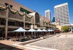 Una vista de Forrest Place Square, de Myer Shopping Mall central y de c foto de archivo