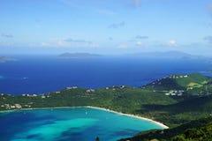 Una vista de la bahía de Magens con la isla de Jost Van Dyke BVI y de Tortola BVI en el fondo imagen de archivo libre de regalías