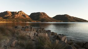 Una vista de la bah?a de Coles en Tasmania en la puesta del sol metrajes