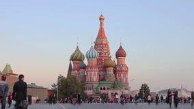 Una vista de la catedral de la albahaca del St, Plaza Roja, Moscú, Rusia almacen de metraje de vídeo