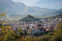 Una vista de la ciudad de Kalampaka en donde la atracción principal del norte de Grecia se localiza imagen de archivo